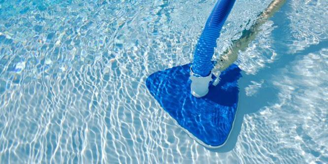 очистка бассейна от загрязнений механическим способом